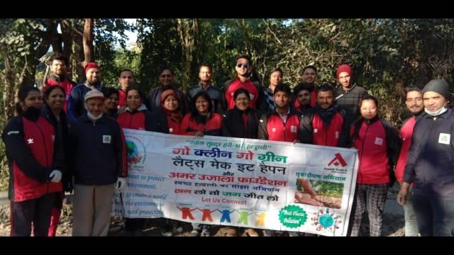 सुशीला तिवारी अस्पताल के लिंक मार्ग पर आयोजित सफाई अभियान में मौजूद संस्था के सदस्य