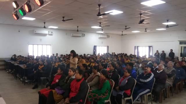 हल्द्वानी केसिंथिया सीनियर सेकेंडरी स्कूल में आयोजित पर्यावरण संरक्षणकार्यशाला में मौजूद स्थानीय लोग