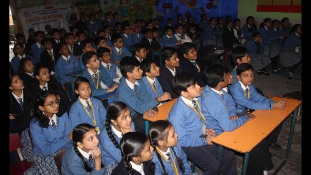 वाराणसी के बुलानाला स्थित चिल्ड्रेन एकेडमी में आयोजित बाल फिल्म महोत्सव में बाल फिल्म 'छोटा सिपाही' देखते बच्चे