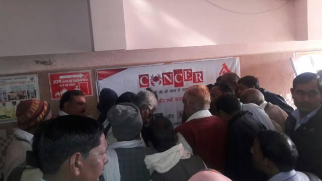झाँसी में आयोजित निःशुल्क कैंसर जांच शिविर में पंजीकरण कराते लोग