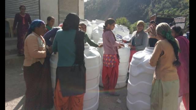 अतिवृष्टि से प्रभावित 19 परिवारों को दी गईं पानी की टंकियां