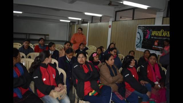 हल्द्वानी केनिर्मला कॉन्वेंट स्कूल मेंमहिला सशक्तीकरण और स्वच्छता अभियान विषय पर आयोजित संवाद कार्यक्रम में मौजूद लोग