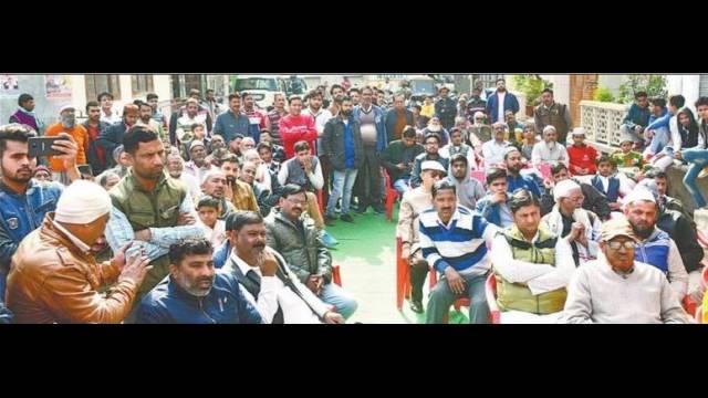 हल्द्वानी के उजाला नगर में आयोजित पुलिस की चौपाल में मौजूद लोग