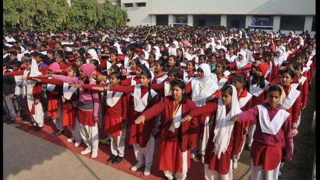 मऊ केदयानंद इंटर कालेज में आयोजित पुलिस की पाठशाला के दौरान नारी सुरक्षा और सम्मान का संकल्प लेती छात्राएं