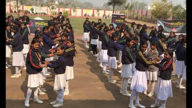 वाराणसी केचौबेपुर स्थितडालिम्स सनबीम स्कूल में आत्मरक्षा के गुर सीखती छात्राएं