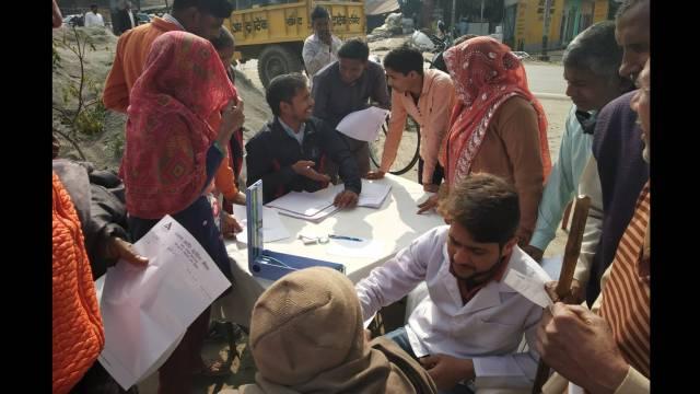 किठौर के हसनपुर कलां गांव में आयोजित शिविर में स्वास्थ्य परीक्षण करते चिकित्सक