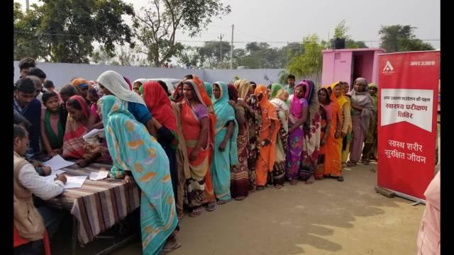 लखीमपुर खीरी के ग्राम मूड़ा बुजुर्ग में आयोजित शिविर में पंजीकरण कराते लोग