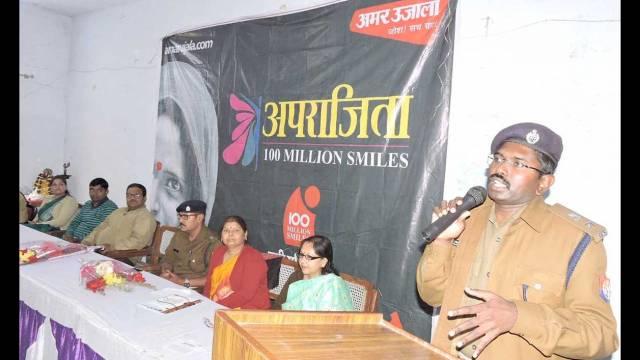 भदोही के केशव प्रसाद महिला महाविद्यालय में आयोजित पुलिस की पाठशाला को संबोधित करते एसपी राजेश एस