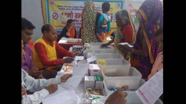 मैनपुरी केकछपुरा गांव मेंआयोजित निःशुल्क  स्वास्थ्य शिविर में दवाइयां देते फार्मासिस्ट