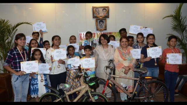 मेरा देश, मेरा गणतंत्र पेंटिंग प्रतियोगिता के विजयी छात्र-छात्राओं के साथ प्रीटी बजाज व प्रतिभा अग्रवाल