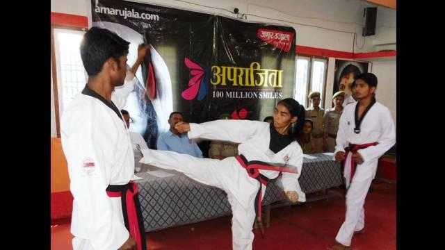 कुशीनगर के महाराणा प्रताप इंटर कॉलेज में आत्मरक्षा का प्रशिक्षण लेती छात्रा