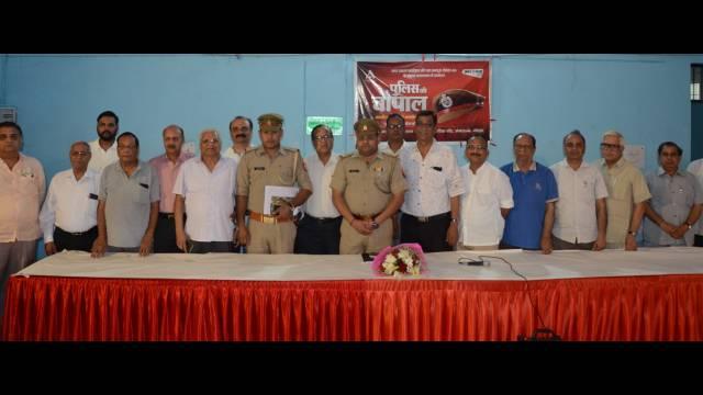 नोएडा, सेक्टर- 46 के सामुदायिक केंद्र में आयोजित पुलिस की चौपाल में पुलिस अधिकारी के साथ स्थानीय लोग