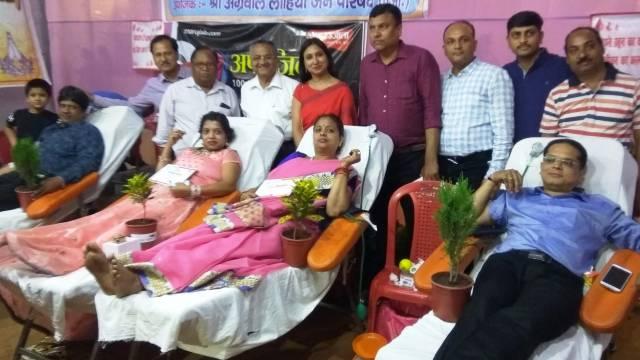 कानपुर के नानाराव पार्क में आयोजित शिविर में रक्तदान करते लोग