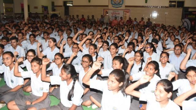 कानपुर के दून इंटरनेशनल स्कूल में आयोजित पुलिस की पाठशाला में मौजूद विद्यार्थी