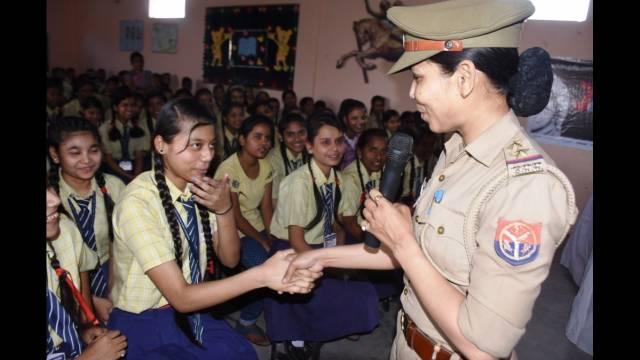कानपुर के कर्मयोगी इंटर कॉलेज में आयोजित पुलिस की पाठशाला में बच्चों से बातचीत करती चौकी प्रभारी निर्मला सिंह