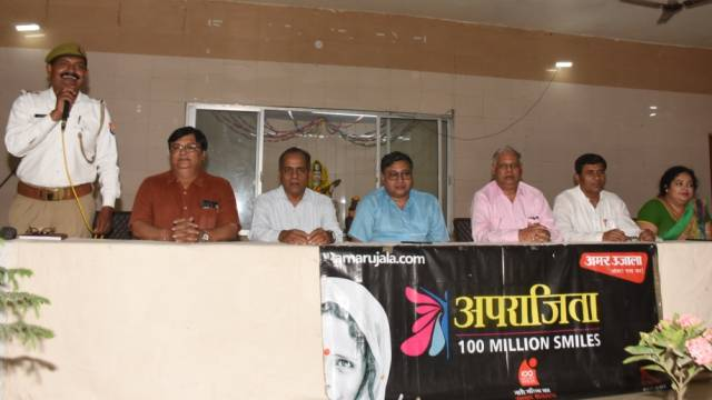 कानपुर के सरस्वती विद्या मंदिर इंटर कालेज में आयोजित पुलिस की पाठशाला में बच्चों को संबोधित टीएसआई शिव सिंह छोकर व अन्य