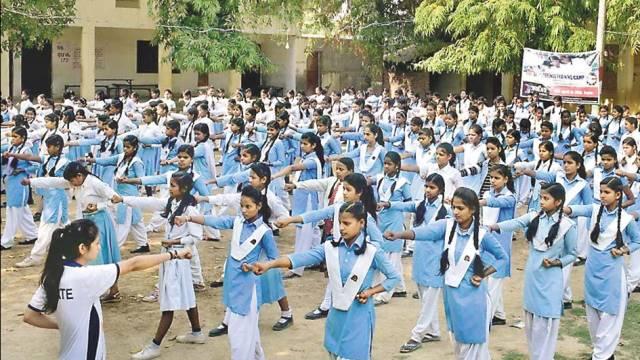 कंदवा स्थित कर्दमेश्वर महादेव इंटर कॉलेज में सेल्फ डिफेंस की ट्रेनिंग लेती छात्राएं