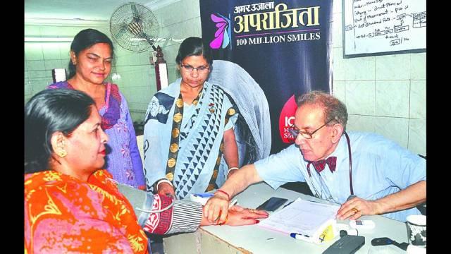 आगरा केमोती कटरा में आयोजित निःशुल्क स्वास्थ्यशिविर में स्वास्थ्य परीक्षण करते डॉ. लाल बहादुर शर्मा
