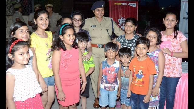 गाजियाबाद केइंदिरापुरम स्थित क्लाउड- 9 में आयोजित पुलिस की चौपाल में बच्चों के साथ एएसपी अपर्णा गौतम