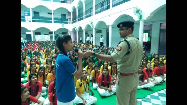 कानपुर के कल्याणपुर स्थित कैलाश सरस्वती इंटर कॉलेज में आयोजित पुलिस की पाठशाला में सवाल पूछती छात्रा