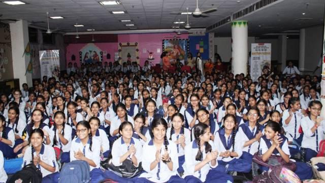 नोएडा के सेक्टर- 44 स्थित महामाया बालिका इंटर कॉलेज में आयोजित बाल फिल्म महोत्सव में बाल फिल्म देखती छात्राएं