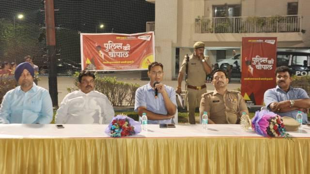 गाजियाबाद के राजनगर एक्सटेंशन स्थित वीवीआईपी एड्रेसेस सोसायटी में पुलिस की चौपाल को संबोधित करते एसपी सिटी श्लोक कुमार साथ में सोसाइटी के पदाधिकारी