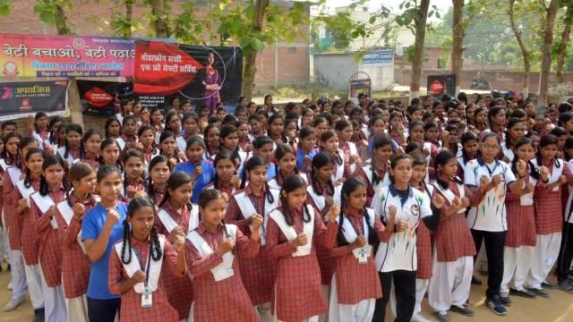 वाराणसी केपरमानंदपुर स्थित विकास इंटर कॉलेज में आत्मरक्षा के गुर सीखती छात्राएं