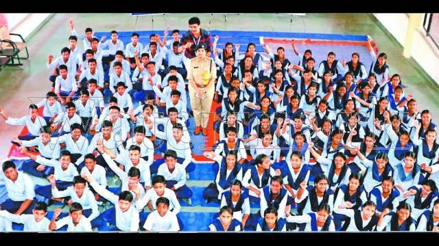 चंडीगढ़ केसेक्टर-41 ए स्थित गवर्नमेंट मॉडल हाई स्कूल मेंआयोजित पुलिस की पाठशाला में बच्चों के बीच एसएसपी जगादले