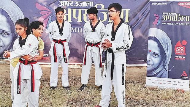 महराजगंज केगणेश शंकर विद्यार्थी स्मारक इंटर कॉलेज में आयोजित शिविर में आत्मरक्षा के गुर सीखती छात्रा