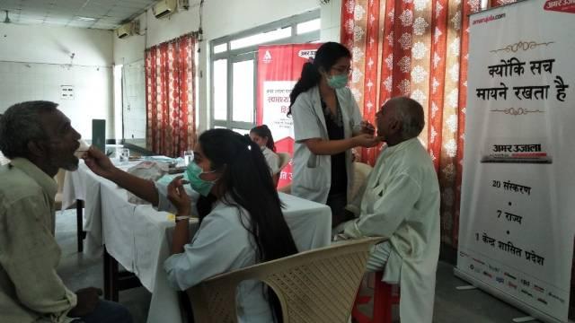 नोएडा के सेक्टर-55 स्थित कम्यूनिटी सेंटर में आयोजित निःशुल्क स्वास्थ्य शिविर में दंत परीक्षण करते चिकित्सक