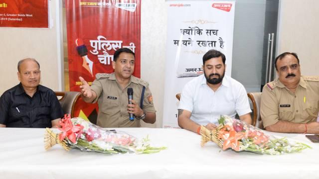 ग्रेटर नोएडा वेस्ट की सोसाइटी अरिहंत आर्डेन में आयोजित पुलिस की चौपाल को संबोधित करते सीओ राजीव कुमार व अन्य