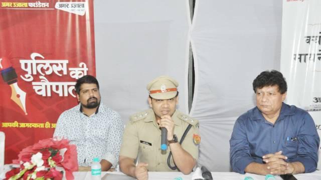 गाजियाबाद के गोविंदपुरम स्थित गौड़ होम्स सोसायटी में आयोजित पुलिस की चौपाल को संबोधित करते सीओ सदर प्रभात कुमार