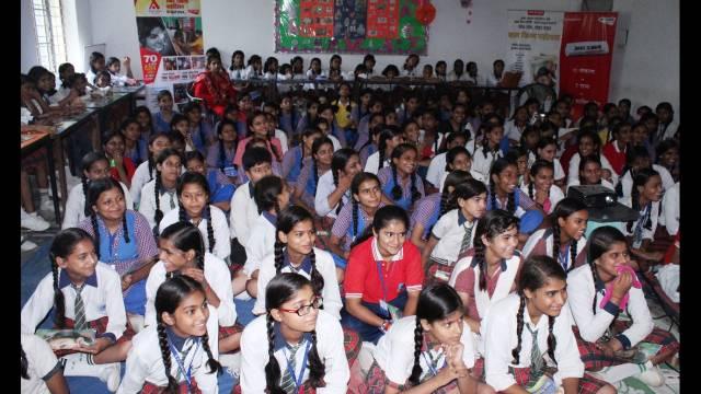 नोएडा के सेक्टर-73 स्थित श्याम सिंह स्मारक कन्या इंटर कॉलेज में आयोजित बाल फिल्म महोत्सव के दौरान फिल्म देखती छात्राएं