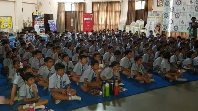 गाजियाबाद के वैशाली, सेक्टर- 1स्थित सनवैली इंटरनेशनल स्कूल में आयोजित बाल फिल्म महोत्सव के दौरान फिल्म देखते बच्चे
