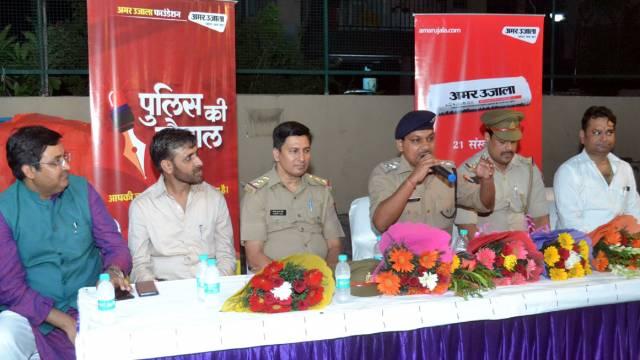 गाजियाबाद केवैशाली सेक्टर- 4 स्थित मेट्रो सूट्स सोसाइटी में आयोजित पुलिस की चौपाल को संबोधित करते डॉ. राकेश