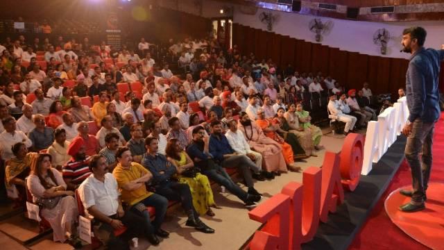 चंडीगढ़ पीजीआई के भार्गव ऑडिटोरियम में आयोजित 'नज़रिया- जो जीवन बदल दे' कार्यक्रम में अपने अनुभव साझा करते आनंद मलिगावद