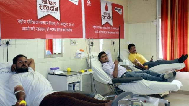 राष्ट्रीय स्वैच्छिक रक्तदाता दिवस के अवसर पर मेरठ मेडिकल कॉलेज में रक्तदान करते लोग