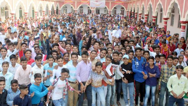 अमरोहा के हाशमी गर्ल्स पीजी कॉलेज में आयोजित अतुल माहेश्वरी छात्रवृत्ति परीक्षा- 2019 संपन्न होने के बाद बाहर आते छात्र-छात्राएं