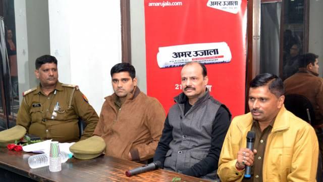 गाजियाबाद के इंदिरापुरम स्थित कृष्णा अपरा गार्डन्ससोसायटी में आयोजित पुलिस की चौपाल को संबोधित करते एसएचओ जीतेन्द्र सिंह