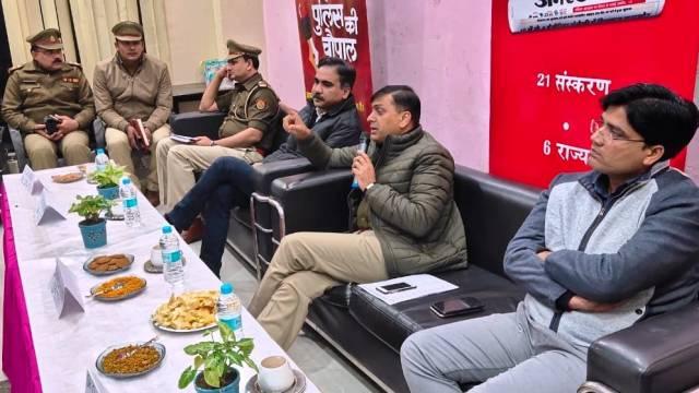 गाजियाबाद के राजनगर एक्सटेंशन स्थित गुलमोहर गार्डन में आयोजित पुलिस की चौपाल को संबोधित करते एसपी सिटी डॉ. मनीष कुमार मिश्रा