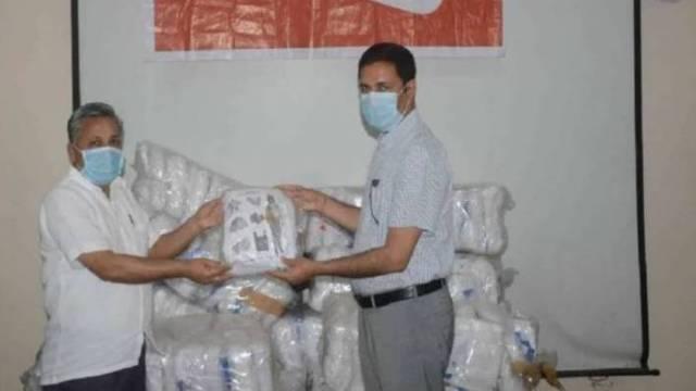 अमर उजाला फाउंडेशन- मुरादाबाद में सीएमओ को पीपीई किट सौंपते डीएम राकेश कुमार सिंह