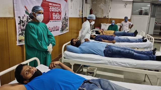कारगिल विजय दिवस के मौके पर वाराणसी में आयोजित शिविर में स्वैच्छिक रक्तदान करते हुए लोग