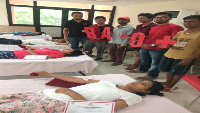 आईआईटी कानपुर में आयोजित रक्तदान शिविर में रक्तदान करते लोग।