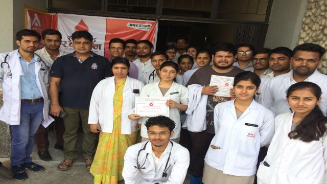 हल्द्वानी के सुशीला तिवारी अस्पताल में आयोजित रक्तदान शिविर में मौजूद एमबीबीएस विद्यार्थी और ब्लड बैंक की टीम।