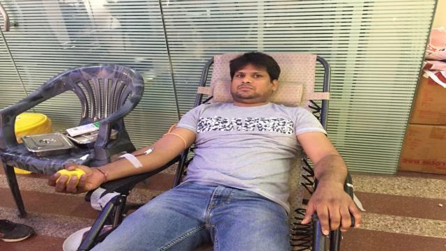 इंदिरापुरम (गाजियाबाद) में आयोजित रक्तदान शिविर में रक्तदान करता युवा।