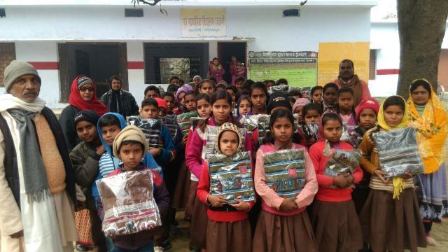 गोरखपुर के खजनी स्थित तीन प्राथमिक विद्यालयों में बच्चों को ठंड से राहत