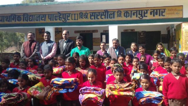 कानपुर के परिषदीय स्कूलों में स्वेटर/कंबल वितरण