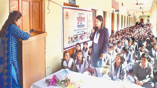 पुलिस की पाठशाला में एसएसपी स्वीटी अग्रवाल ने बच्चों को किया आगाह।
