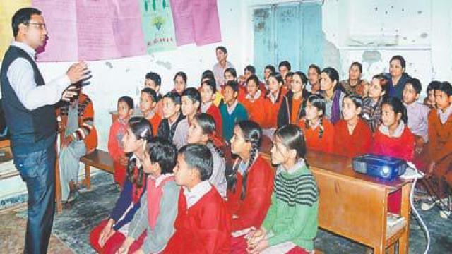 अमर उजाला फाउंडेशन की ओर से बच्चों को दी गई कंप्यूटर की जानकारी