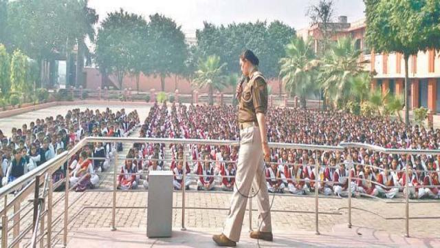पुलिस की पाठशाला में छात्राओं को सिखाए गए सुरक्षा के गुर।